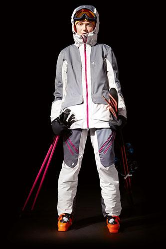 Peak Performance (www.peakperformance.com) Sugarhill, completo da sci femminile sportivo, ma con stile. Antivento, protegge dal freddo grazie allo strato isolante Thermocool® e traspirabile (giacca 455 Euro, pantaloni 355 Euro)